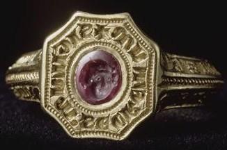 Musée du Louvre, anneau sigillaire du prince noir, Or émail et rubis ...