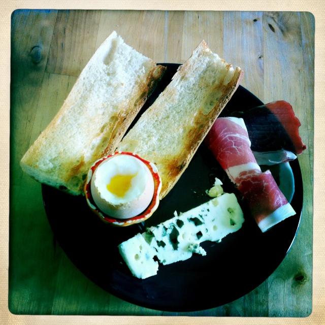 #Étés 2012 – C'est l'été, on réveille le petit-déjeuner : oeufs à la coque, jambon, roquefort